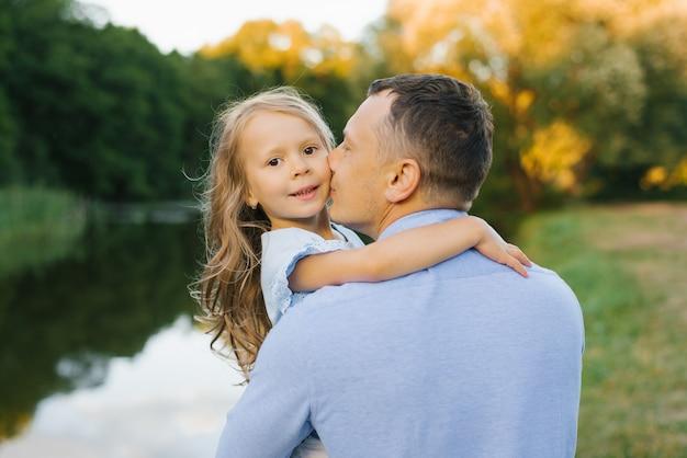 Tata W Niebieskiej Koszuli Całuje Córkę Dziewczyny W Policzek Premium Zdjęcia