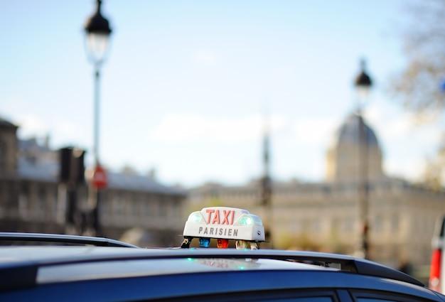 Taxi podpisać w paryżu, francja Premium Zdjęcia