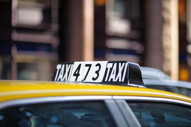 Taxi znak w dużym mieście z bliska Premium Zdjęcia