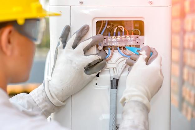 Technik Klimatyzacji Sprawdza Układ Sprężarki Powietrza Premium Zdjęcia