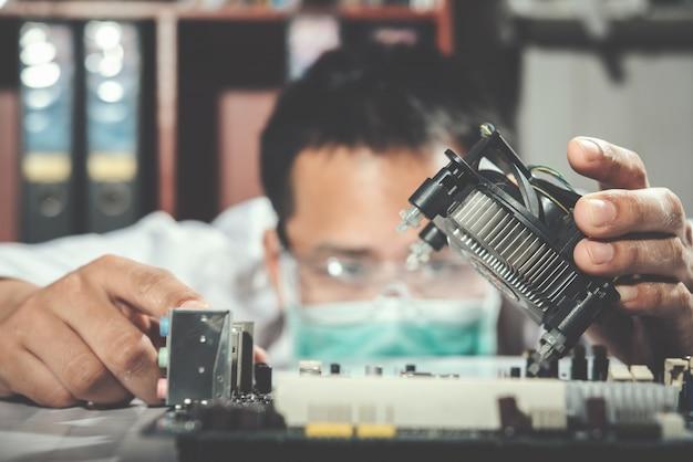 Technik Naprawia Komputer, Sprzęt Komputerowy, Naprawę, Aktualizację I Technologię Darmowe Zdjęcia