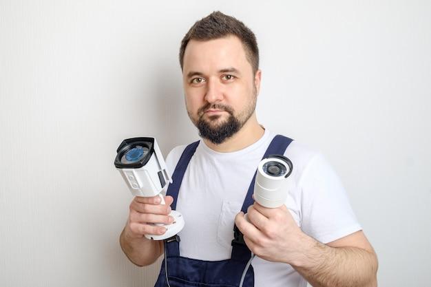 Technik pokazujący kamery bezpieczeństwa cctv Premium Zdjęcia