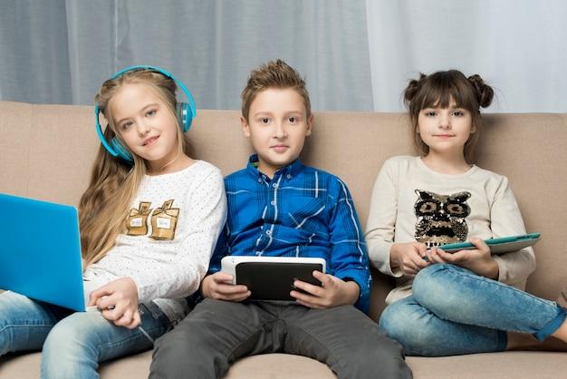 Technologii Pojęcie Z Szczęśliwymi Dzieciakami Na Leżance Darmowe Zdjęcia