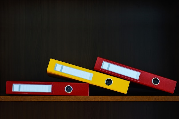 Teczki na dokumenty w szafie na półce w biurze Premium Zdjęcia
