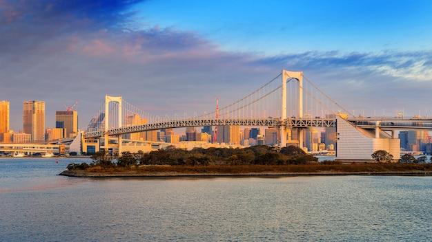 Tęczowy Most I Pejzaż Tokio O Wschodzie Słońca, Japonia. Darmowe Zdjęcia