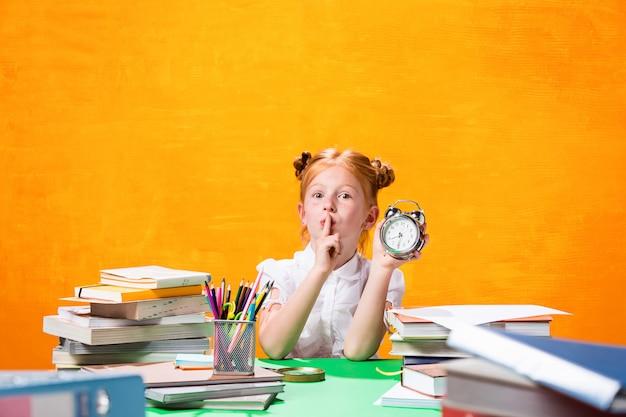 Teen Dziewczyna Z Dużą Ilością Książek Darmowe Zdjęcia