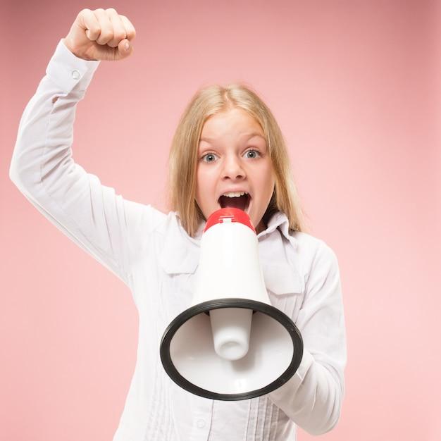Teen Girl Dokonywania Ogłoszeń Z Megafonem W Różowym Studio Darmowe Zdjęcia