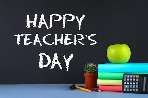 Tekst Kredą Na Tablicy: Happy Teacher's Day. Artykuły Szkolne, Biuro, Książki, Jabłko. Premium Zdjęcia