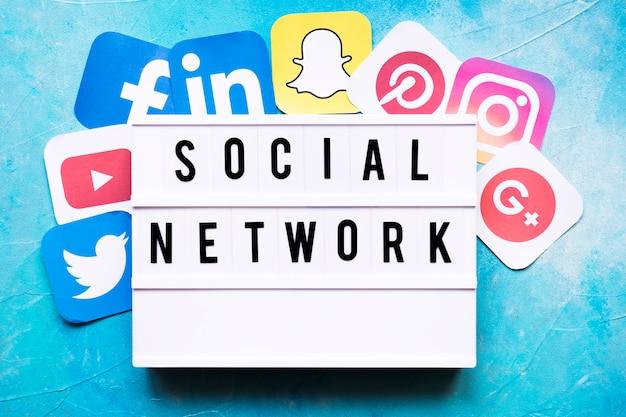 Tekst Sieci Społecznej Z Ikony Aplikacji Sieciowych Na ścianie Malowane Darmowe Zdjęcia