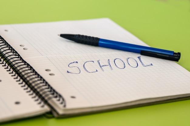 Tekst Szkoły Napisany Na Notebooku Ołówkami Darmowe Zdjęcia
