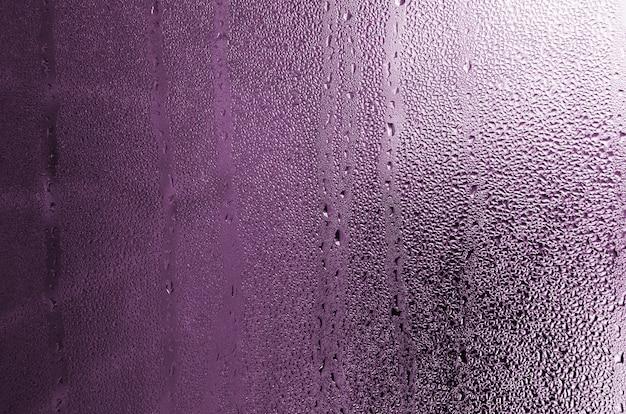 Tekstura Kropla Deszcz Na Szklanym Mokrym Przejrzystym Tle. Stonowany W Różowym Kolorze Premium Zdjęcia