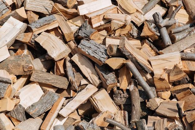 Tekstura, Posiekane Drewno Opałowe Z Różnych Gatunków Drzew. Premium Zdjęcia
