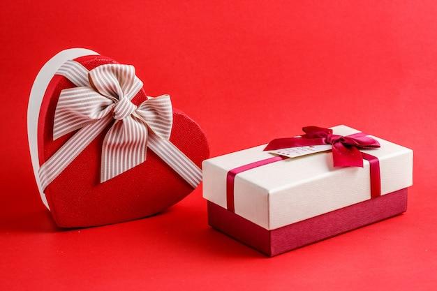 Tekturowe pudełko biodegradowalne w kształcie serca w kształcie prostokąta z czerwonymi kokardkami Premium Zdjęcia