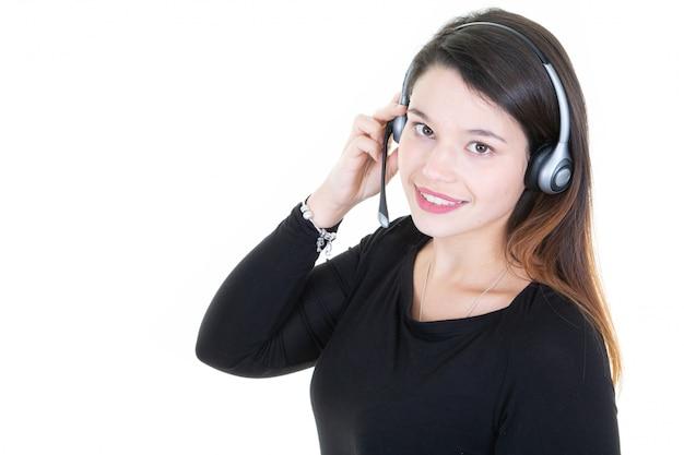 Tele marketer młoda kobieta patrzeje kamerę odizolowywającą na bielu Premium Zdjęcia