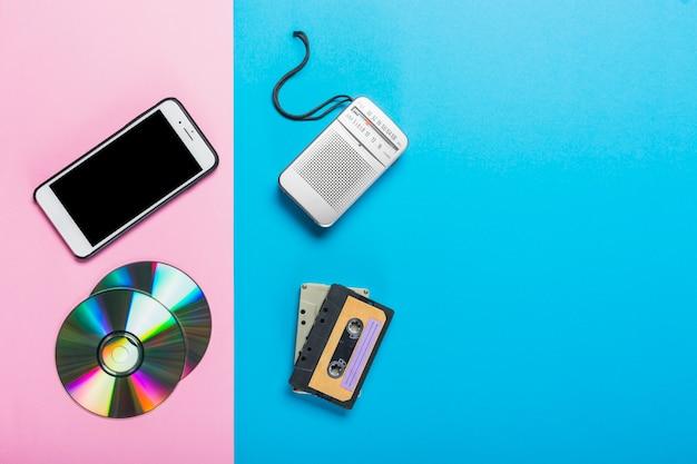 Telefon Komórkowy I Cd Zastąpione Magnetofonem I Kasetą Na Podwójnym Różowym I Niebieskim Tle Darmowe Zdjęcia
