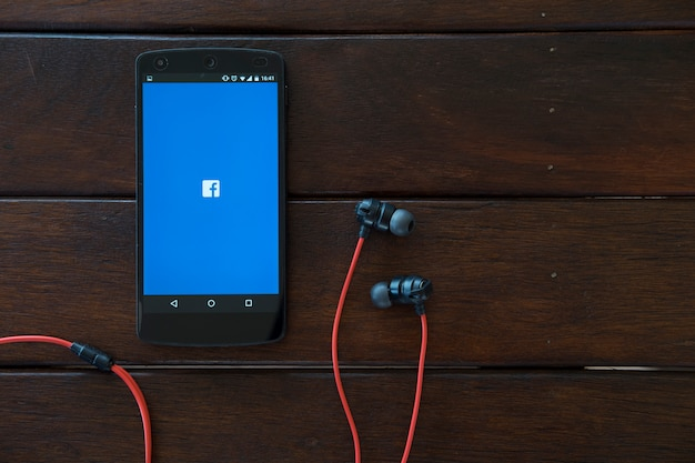 Telefon Komórkowy Na Drewnianym Stole. Premium Zdjęcia