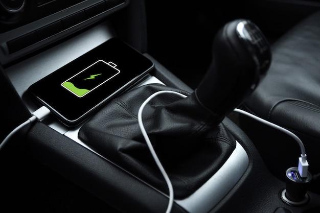 Telefon Komórkowy, Smartfon ładuje Akumulator, ładowanie Z Bliska Wtyczki Samochodowej Premium Zdjęcia