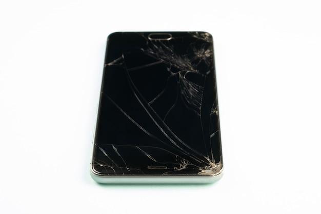 Telefon Komórkowy Z Uszkodzonym Czarnym Ekranem, Widok Z Góry. Zakłopotany Uszkadzający Smartphone W Mlecznozielonym Tle, Płytka Głębia Pole Premium Zdjęcia