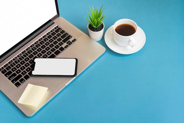 Telefon na laptopie z kopii przestrzenią Darmowe Zdjęcia