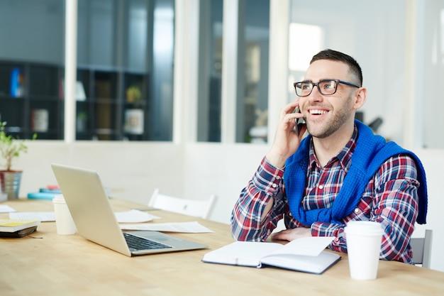 Telefonowanie w biurze Darmowe Zdjęcia