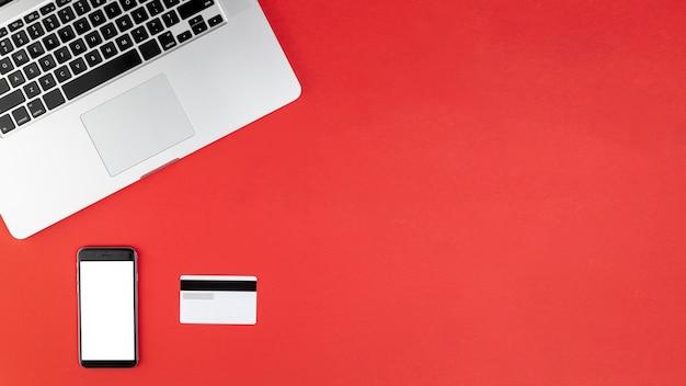 Telefonu egzamin próbny up na czerwonym tle z kopii przestrzenią Darmowe Zdjęcia