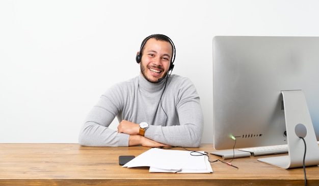 Telemarketer kolumbijczyk uśmiecha się Premium Zdjęcia