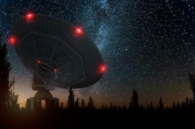 Teleskop Radiowy, Duża Antena Satelitarna Na Tle Nocnego Nieba, śledzi Gwiazdy. Koncepcja Technologii, Poszukiwanie życia Pozaziemskiego, Podsłuch Przestrzeni. Mieszane średnie, Kopia Przestrzeń. Premium Zdjęcia