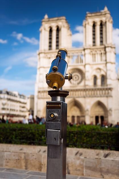 Teleskop Z Widokiem Na Notre Dame Premium Zdjęcia