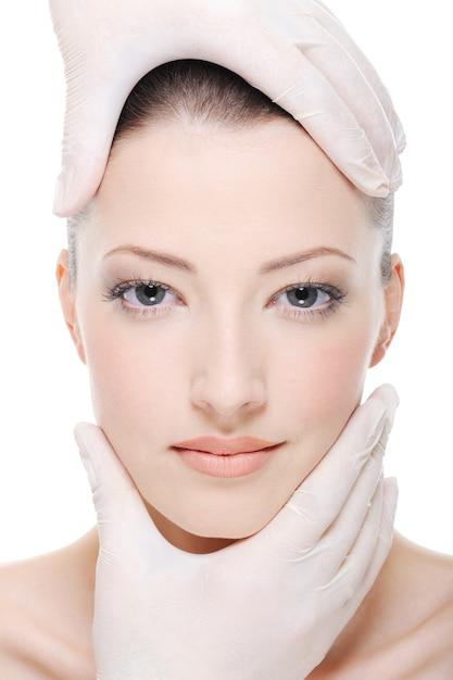 Terapia Korygująca Piękną Kobiecą Twarz Przez Kosmetyczkę - Zbliżenie Darmowe Zdjęcia