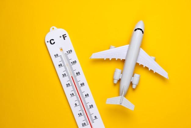 Termometr pogodowy, samolot na żółto Premium Zdjęcia