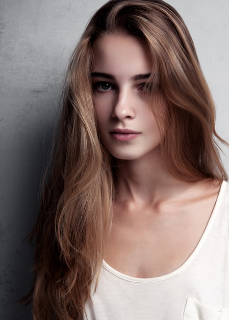 Test modelu z młodą piękną modelką noszącą białą koszulkę w studio. kolor portret Premium Zdjęcia