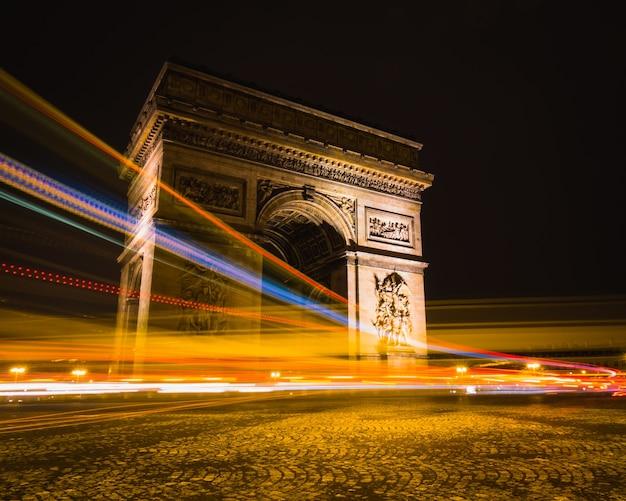 Timelapse Strzał Smugi światła Wokół łuku Triumfalnego W Paryżu, Francja. Darmowe Zdjęcia