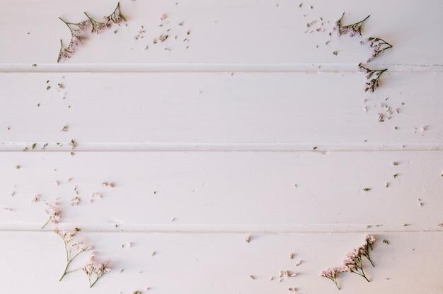 Tiny kwiaty tworz? c ko? a nad drewnianym stole Darmowe Zdjęcia