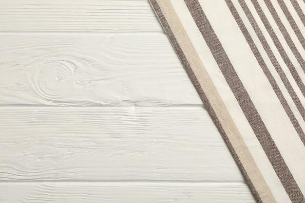 Tkanin Serwetki Na Białym Drewnianym Tle, Przestrzeń Dla Teksta Premium Zdjęcia