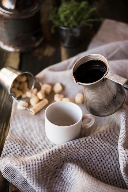 Tkanina juta z wysokim widokiem z filiżanką kawy i cukru Darmowe Zdjęcia
