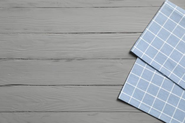 Tkaniny Pielucha Na Drewnianym Tle, Przestrzeń Dla Teksta Premium Zdjęcia