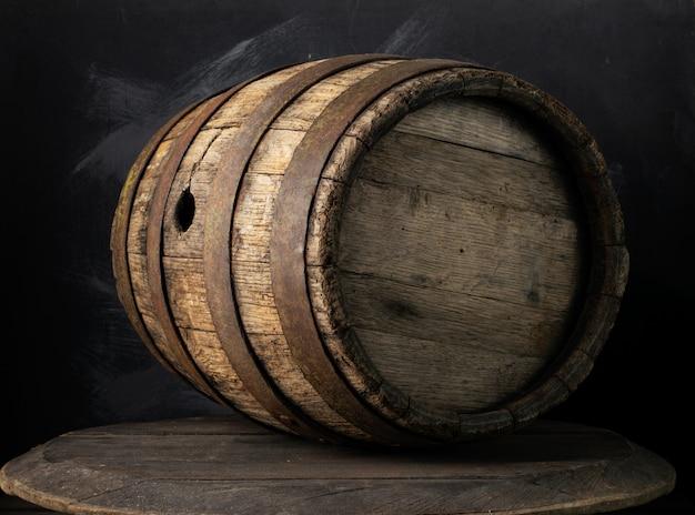Tło Baryłkę I Zużyty Stary Stół Z Drewna Premium Zdjęcia