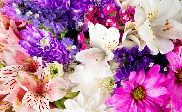 Tło Bukiet Różowych Białych I Fioletowych Kolorów Statice Alstroemeria I Kwiatów Chryzantemy Darmowe Zdjęcia