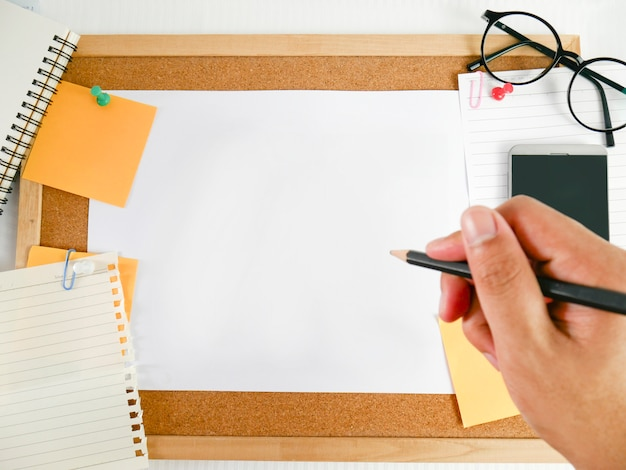 Tło drewnianej deski, papieru, czystego papieru ze sprzętem, takim jak ołówki, okulary, pieniądze, telefony komórkowe i kalendarze, Premium Zdjęcia