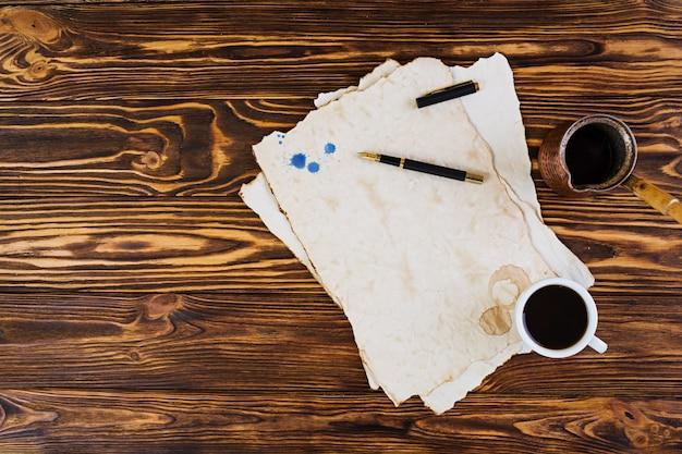 Tło Filiżanka Kawy Na Starym Papierze Premium Zdjęcia