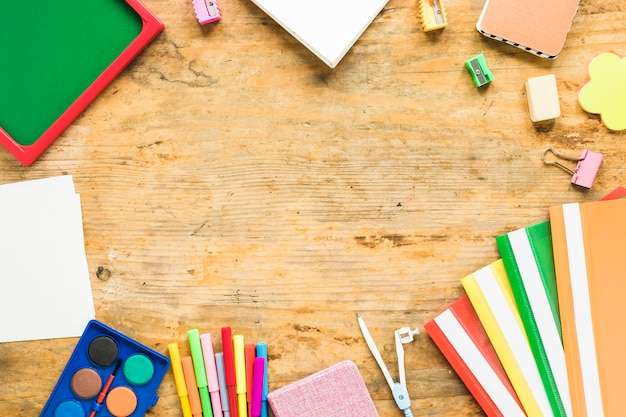 Tło notatników i kolorowych przyborów szkolnych Darmowe Zdjęcia