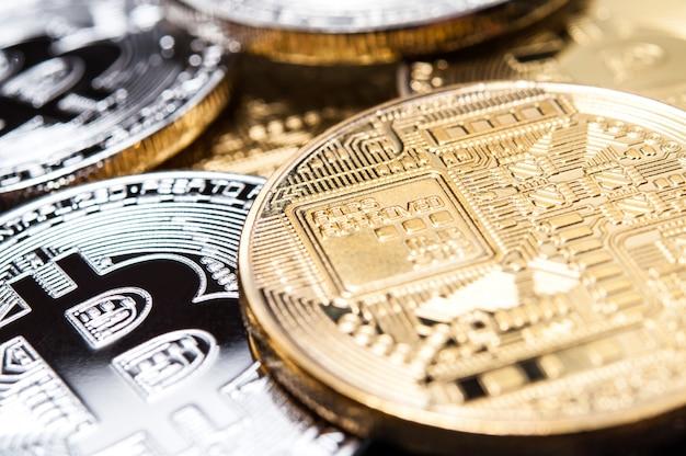 Tło Różne Monety. Symbol Bitcoin. Premium Zdjęcia