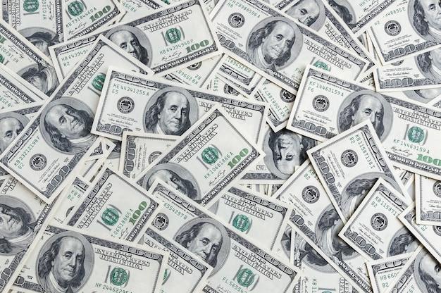 Tło Sto Dolarów Rozrzuconych Na Stole. Premium Zdjęcia