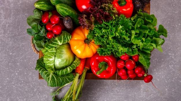 Tło warzyw. różni świezi rolni warzywa. Premium Zdjęcia