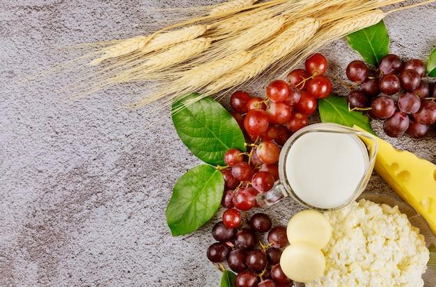 Tło Z Jedzeniem I Pszenicą Dla Szawuot Premium Zdjęcia