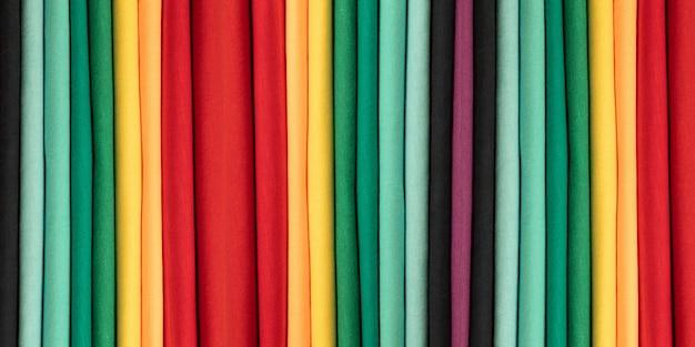 Tło Z Kolorowych Bawełnianych Ubrań. Kolory Tęczy. Kolorowe Pionowe Paski Materiału. Transparent Premium Zdjęcia