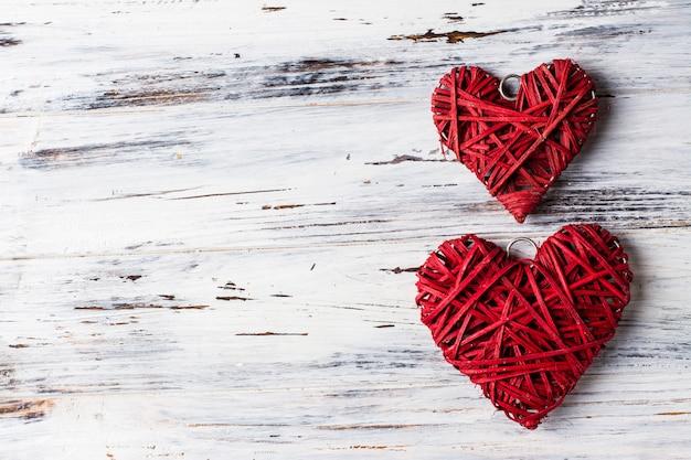 Tło z sercami, walentynka. walentynki. miłość. wiklinowe serca. miejsce na tekst. tło kopii przestrzeni Premium Zdjęcia