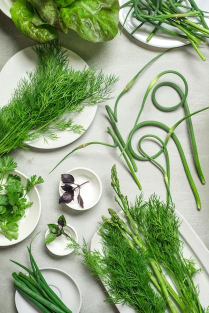 Tło Zielone: Koper Włoski, Szparagowa Zielona Cebula, Słodka Bazylia, Czosnek. Premium Zdjęcia