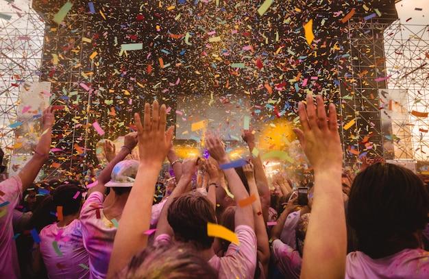 Tłum Fanów Na Koncercie Premium Zdjęcia