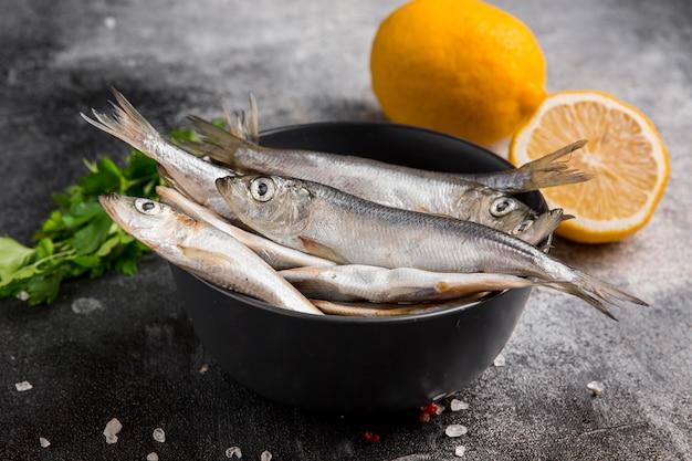 Tłum Tuńczyka I Cytryny W Misce Premium Zdjęcia